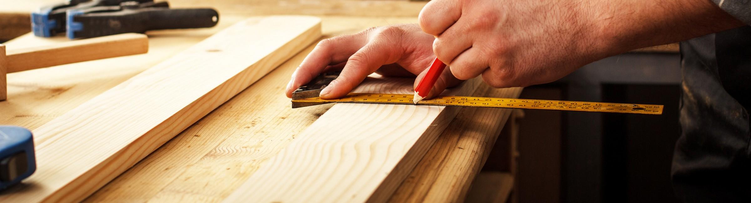 Menuisier travaillant sur une planche en bois